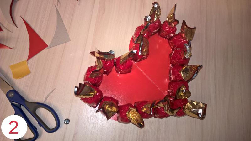 Валентинка из конфет своими руками шаг 2