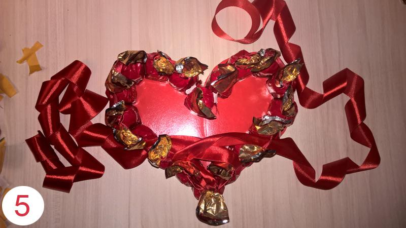 Валентика из шоколадных конфет шаг 5